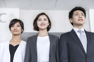 横並びで立つ3人のビジネス男女の写真素材 [FYI02969252]
