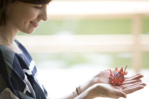 折り鶴を持つ外国人観光客の写真素材 [FYI02969253]