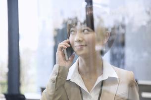 スマートフォンで通話するビジネス女性の写真素材 [FYI02969261]