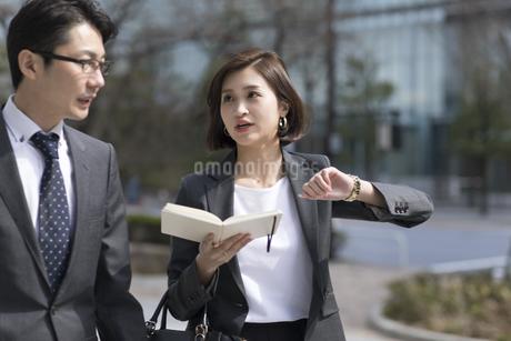 時間を気にして歩くビジネス女性の写真素材 [FYI02969265]