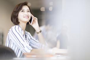 電話をするビジネス女性の写真素材 [FYI02969267]