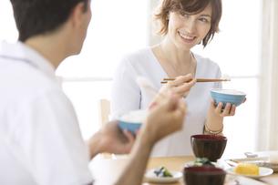 和食を食べる男女の外国人の写真素材 [FYI02969268]