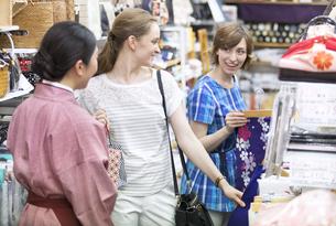 ショッピングを楽しむ外国人観光客の写真素材 [FYI02969270]