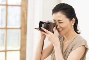 カメラで写真を撮っている女性の写真素材 [FYI02969271]
