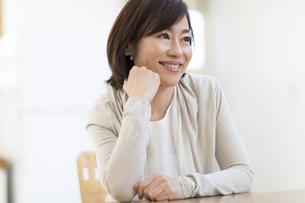 椅子に座って微笑む女性の写真素材 [FYI02969277]