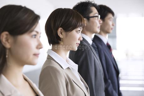 横並びで立つ4人のビジネス男女の写真素材 [FYI02969279]