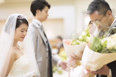 花束を受け取り涙ぐむ父親の写真素材 [FYI02969282]