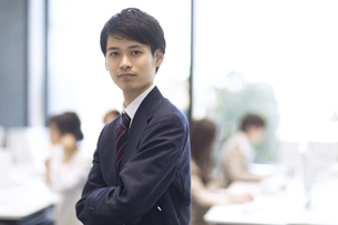 オフィスでカメラ目線のビジネス男性の写真素材 [FYI02969283]
