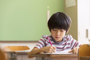 教室で授業を受ける小学生の男の子の写真素材 [FYI02969285]