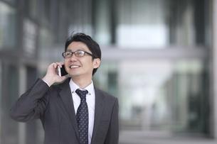 スマートフォンで通話するビジネス男性の写真素材 [FYI02969287]