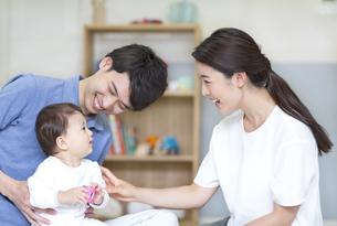 両親にあやされる赤ちゃんの写真素材 [FYI02969288]