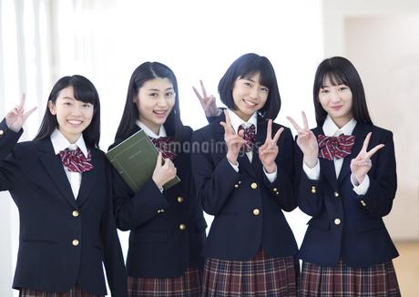 横に並びピースサインをする女子高校生たちの写真素材 [FYI02969291]
