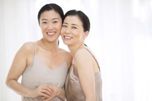 微笑む2人の女性の写真素材 [FYI02969295]