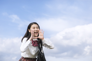 青空に叫ぶ女子高校生の写真素材 [FYI02969298]
