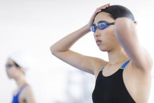 水泳をする女子学生の写真素材 [FYI02969300]