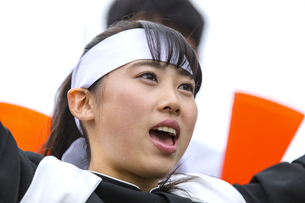 応援をする応援団の女子学生の写真素材 [FYI02969303]