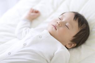 眠っている赤ちゃんの写真素材 [FYI02969310]