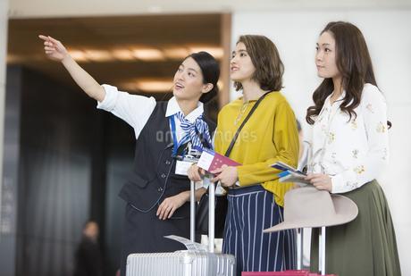 女性を案内する空港職員の写真素材 [FYI02969316]