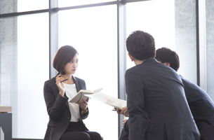 打ち合わせをするビジネス女性の写真素材 [FYI02969319]