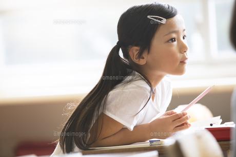 教室で授業を受ける小学生の女の子の写真素材 [FYI02969322]