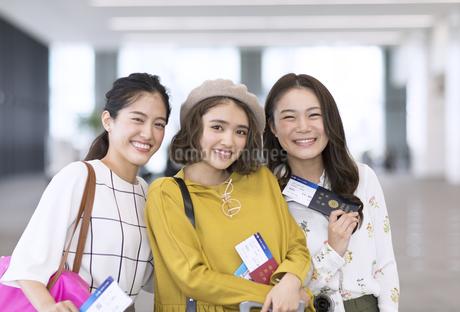 旅行中の女性3人の写真素材 [FYI02969325]