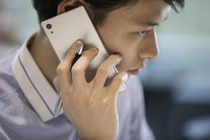 電話をするビジネス男性の写真素材 [FYI02969326]