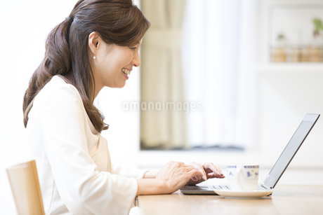 パソコンを操作する女性の写真素材 [FYI02969327]