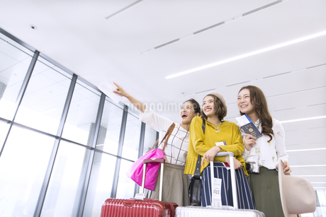 旅行中の女性3人の写真素材 [FYI02969331]
