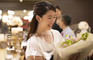 花束をもらい喜ぶ女性の写真素材 [FYI02969332]