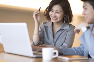 ノートパソコンを見る2人のビジネス男女の写真素材 [FYI02969334]