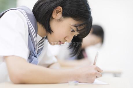 テストを受ける女子高校生の写真素材 [FYI02969336]
