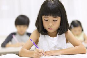 塾で授業を受ける女の子の写真素材 [FYI02969341]