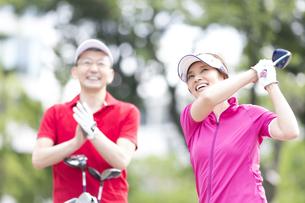 ゴルフを楽しむ女性の写真素材 [FYI02969344]
