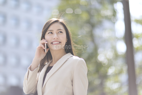 スマートフォンで通話するビジネス女性の写真素材 [FYI02969357]