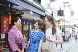 店員と話しをする外国人観光客の写真素材 [FYI02969359]