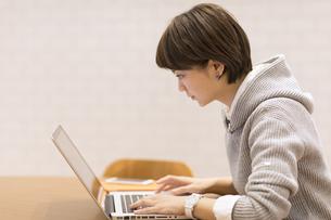 ノートパソコンを見るビジネス女性の写真素材 [FYI02969365]