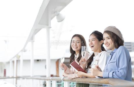 デッキで遠くを見る3人の女性の写真素材 [FYI02969366]