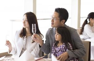 シャンパンを持ち遠くを見る家族の写真素材 [FYI02969367]