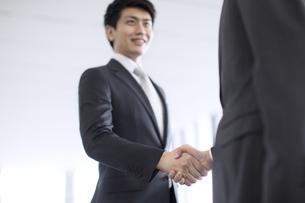 握手をするビジネス男性の写真素材 [FYI02969368]