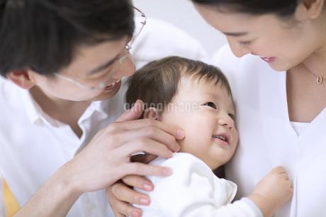 母親に抱かれる赤ちゃんの写真素材 [FYI02969376]