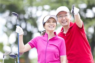 ゴルフを楽しむ夫婦の写真素材 [FYI02969379]
