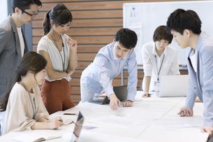 会議中のビジネスマンの写真素材 [FYI02969382]