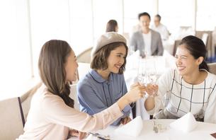 乾杯をする3人の女性の写真素材 [FYI02969383]