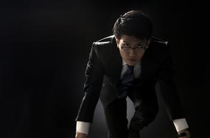 駆け出すポーズをとるビジネス男性の写真素材 [FYI02969386]