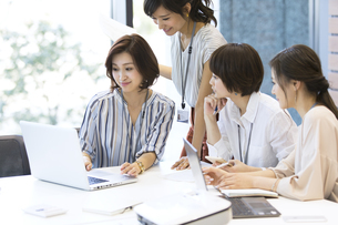 PCを見る4人のビジネス女性の写真素材 [FYI02969387]