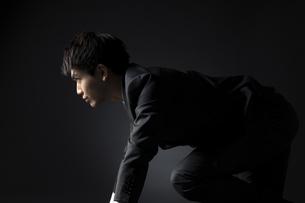 駆け出すポーズをとるビジネス男性の写真素材 [FYI02969389]