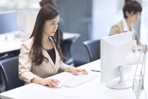 パソコンを見るビジネス女性の写真素材 [FYI02969394]