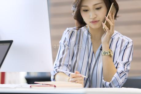 電話をするビジネス女性の写真素材 [FYI02969395]