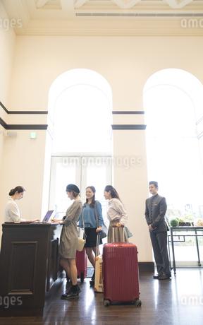 チェックイン中の3人の女性旅行者の写真素材 [FYI02969396]
