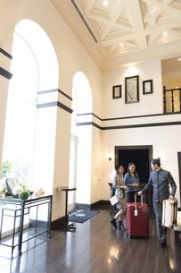 ホテル内を歩く2人の女性旅行者の写真素材 [FYI02969397]